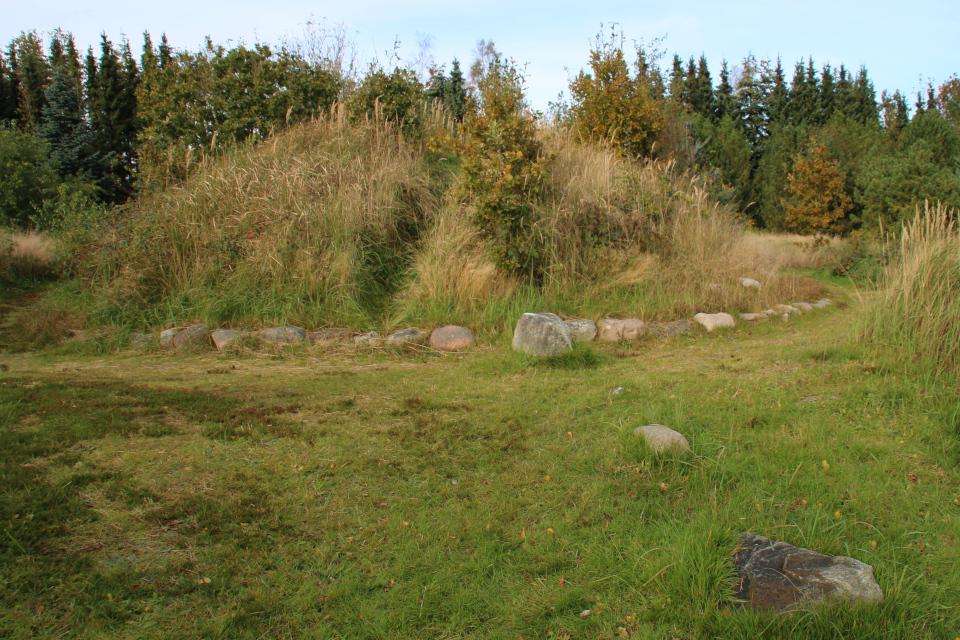 Каменный ряд, берущий начало от кургана, археологический комплекс Мурхой