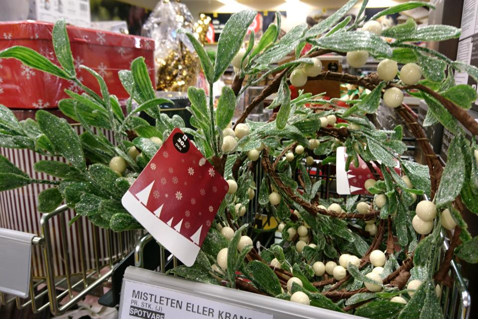 Искусственные венки и веточки омелы в супермаркете