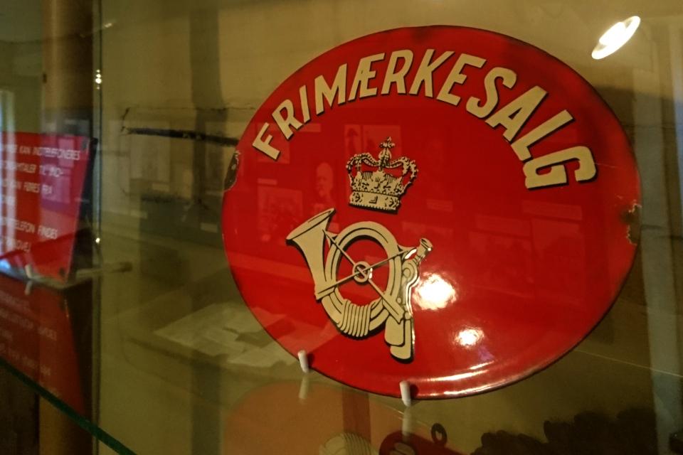 Старый металлический щит с эмблемой почты в виде почтового рожка