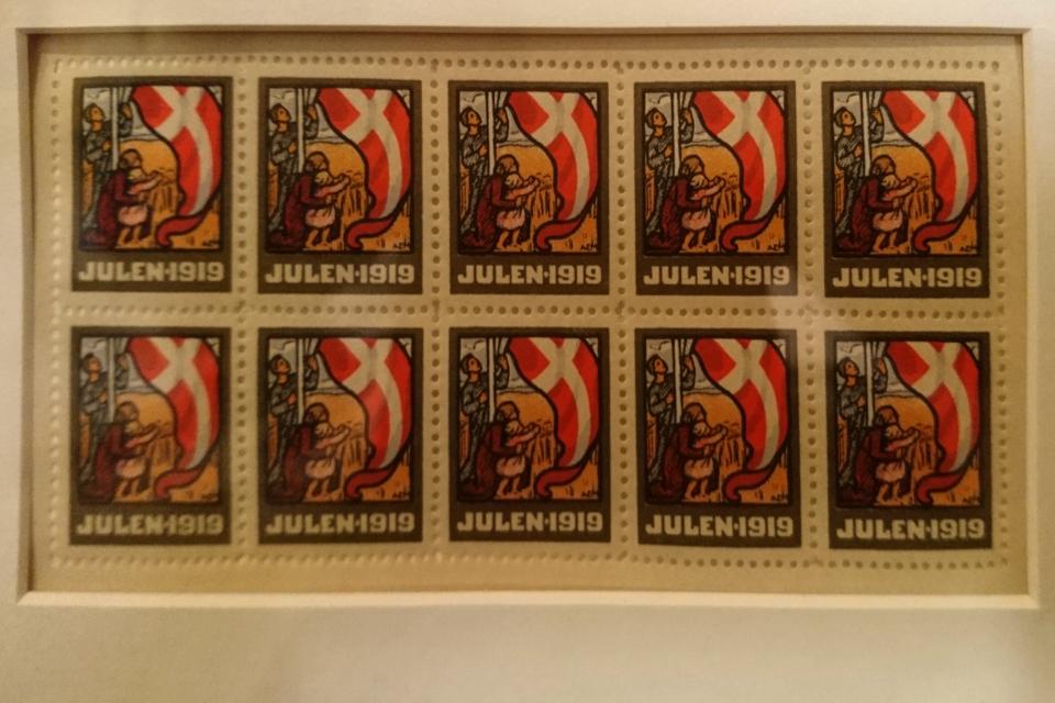 Рождественские почтово-благотворительные марки в Дании с флагом