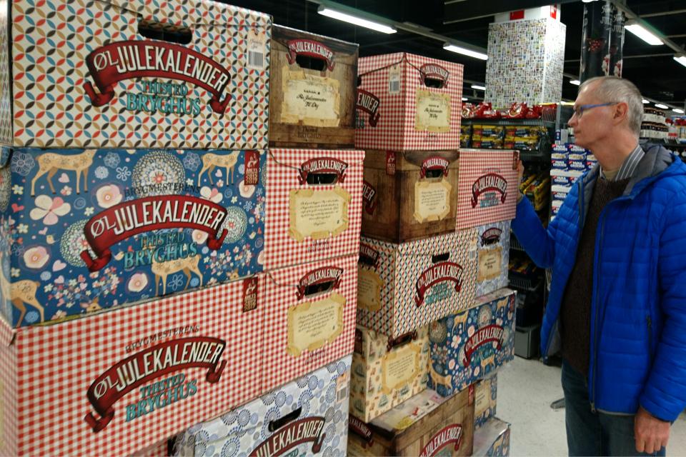 Календари с бутылочным пивом в супермаркете, Дания