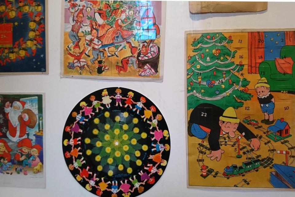 Старые календари с окошками в музее Рождества Дании
