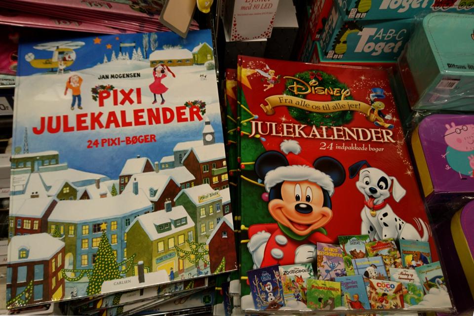 В супермаркете продаются детские рождественские календари