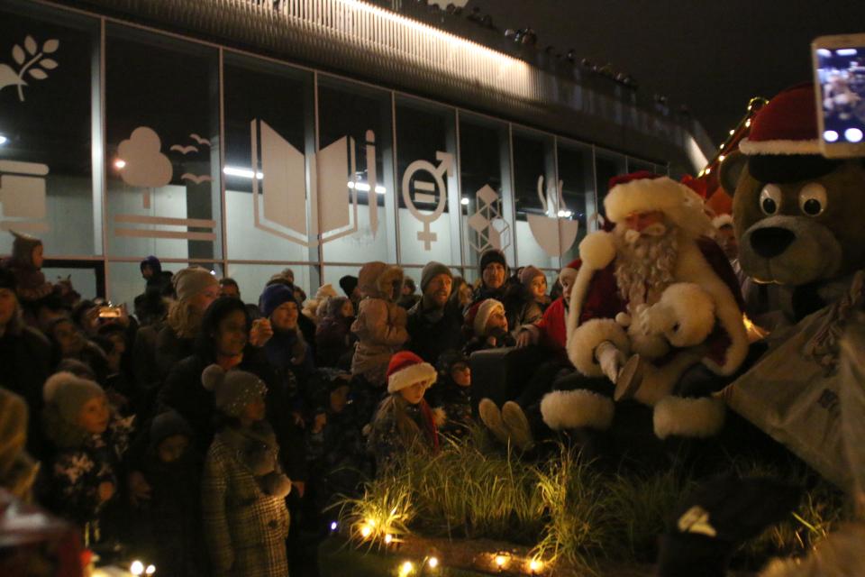 Дед мороз в порту г. Орхус приветствует детей перед началом парада