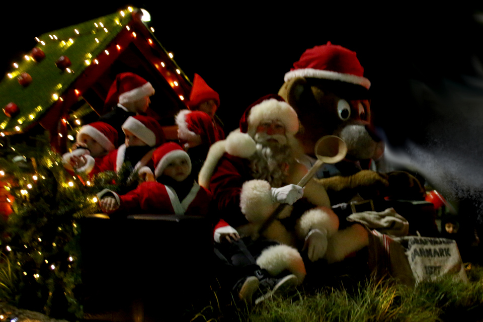 Дед мороз с большой ложкой, которой он зажжет светящийся ковер