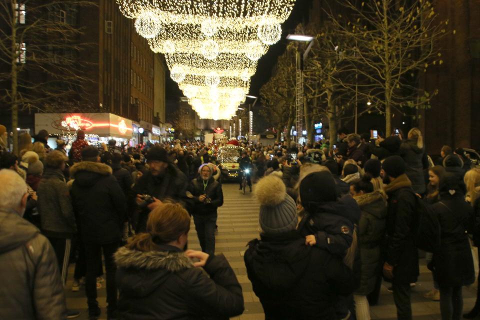 Дед мороз во главе рождественского парада на пешеходной улице Strøget