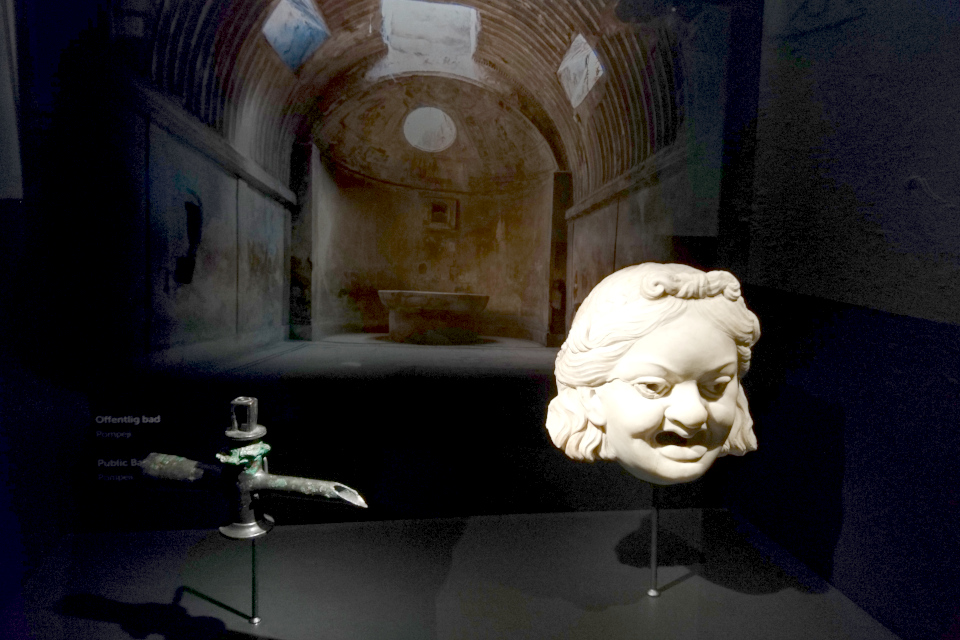Водопроводный кран и голова из мрамора, украшавшая фонтан г. Помпеи, 1 век н.э.