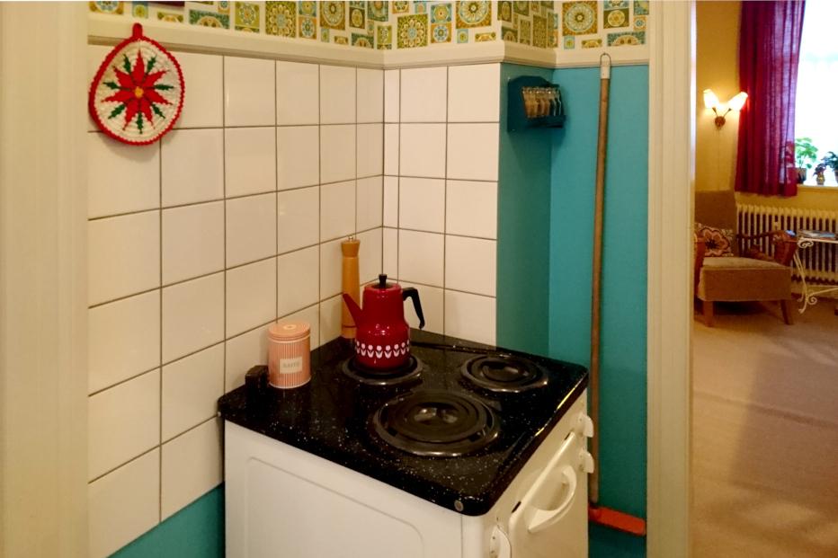Вязаная крючком прихватка с мотивом пуансетии на кухне 70х годов, Дания