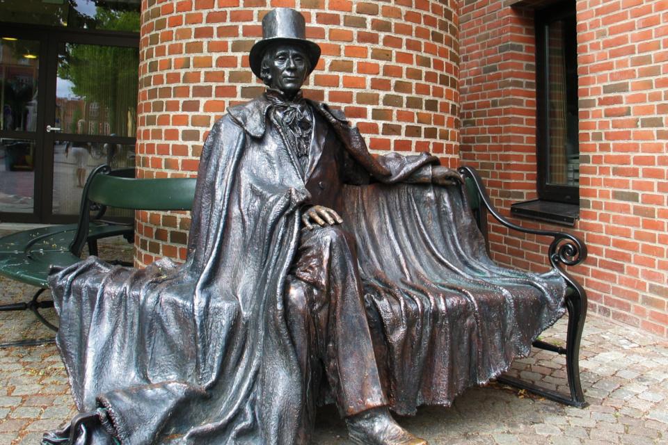 Памятник Гансу Христиану Андерсену в его родном городе - Оденсе,Дания