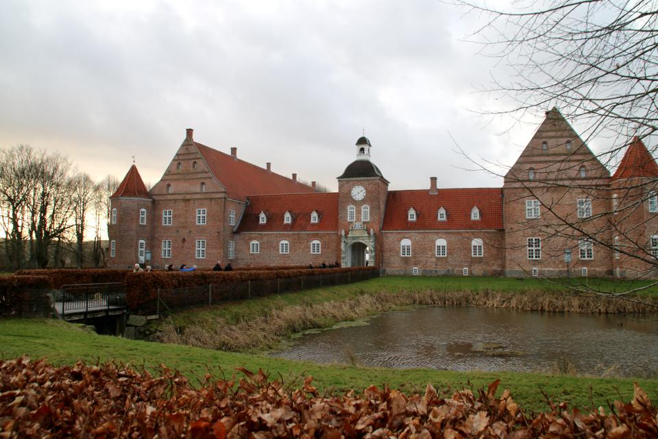 Замок Ульструп возле озера. Фото 7 дек. 2019, г. Ульструп, Дания