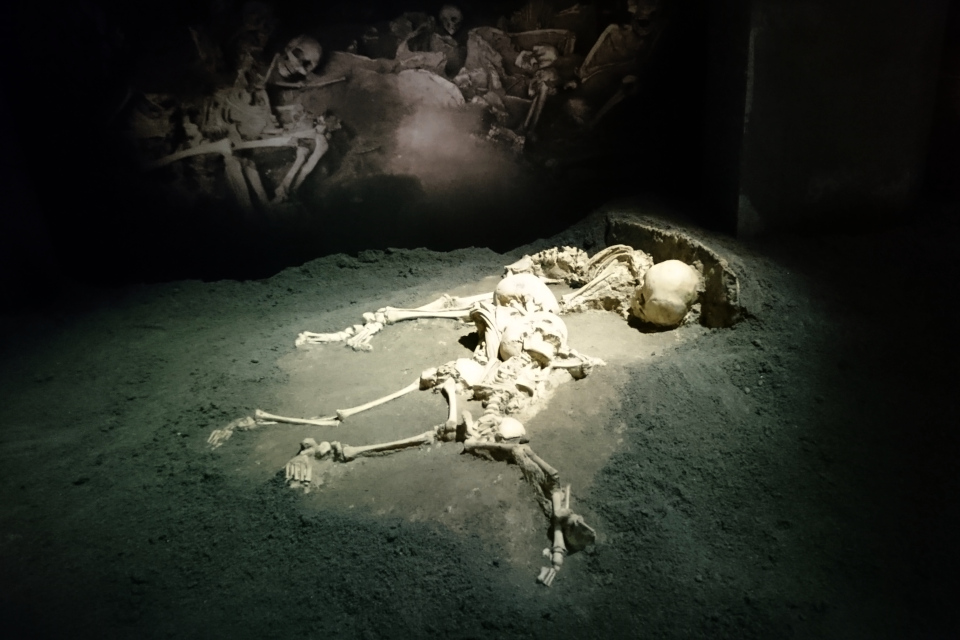 Копия из синтетической смолы скелета матери с двумя детьми, Геркуланум