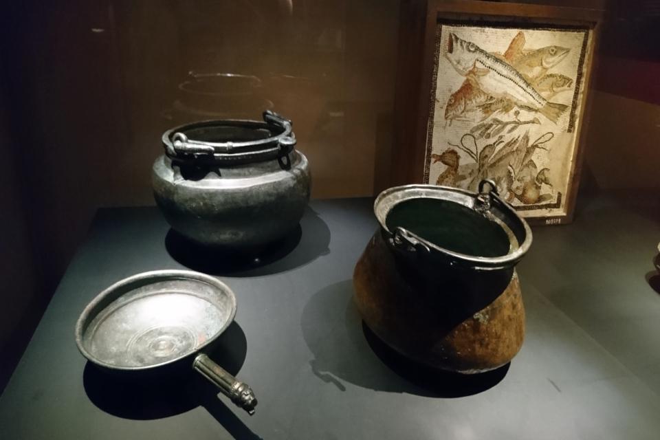 Металлическая посуда и мозаика с рыбками и утками, Помпеи, 1 век д. н. э.
