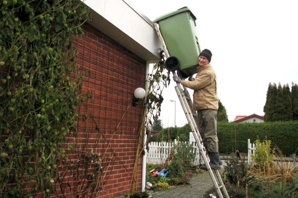 Мой муж снимает мусорный ящик с крыши дома, Дания