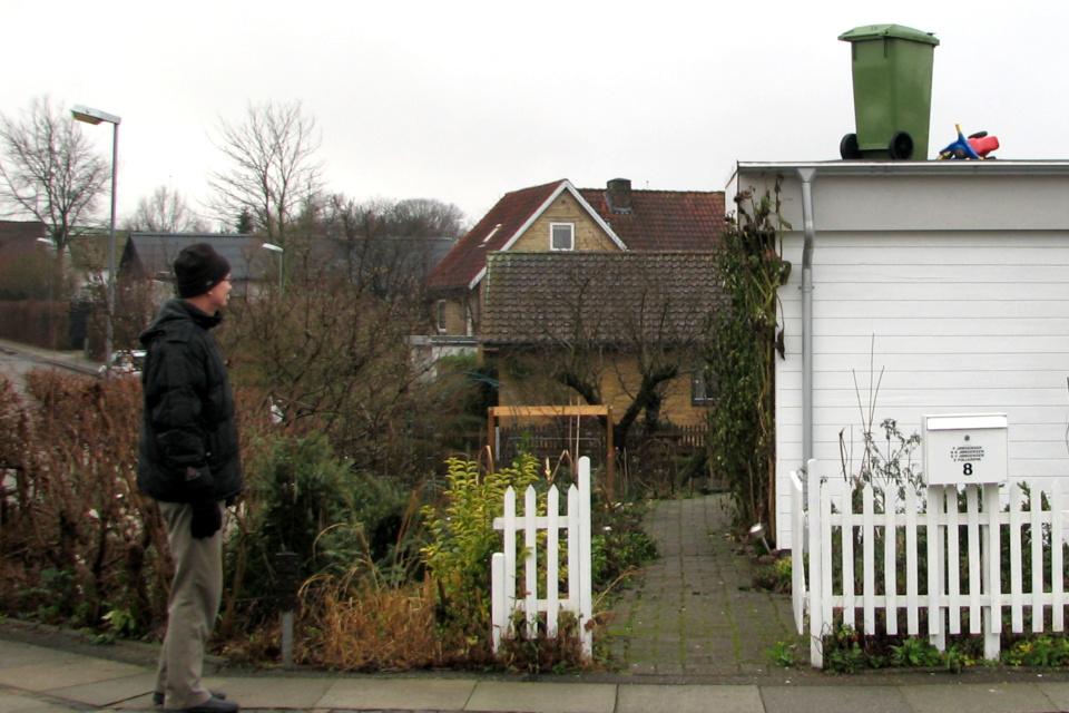 Мусорный ящик и детский велосипед на крыше дома, Дания