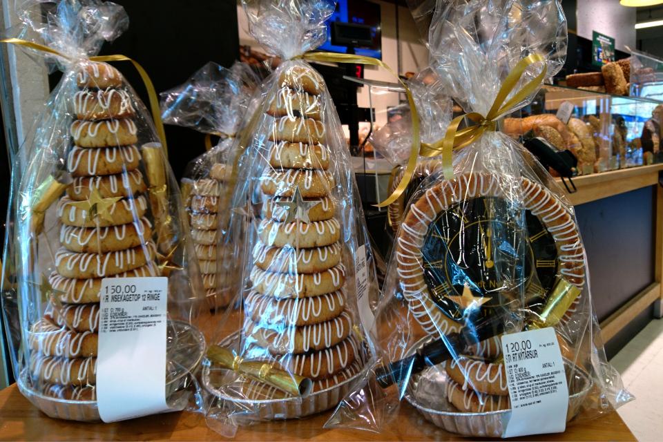 Марципановые пироги из колец (Kransekage) в булочной супермаркета