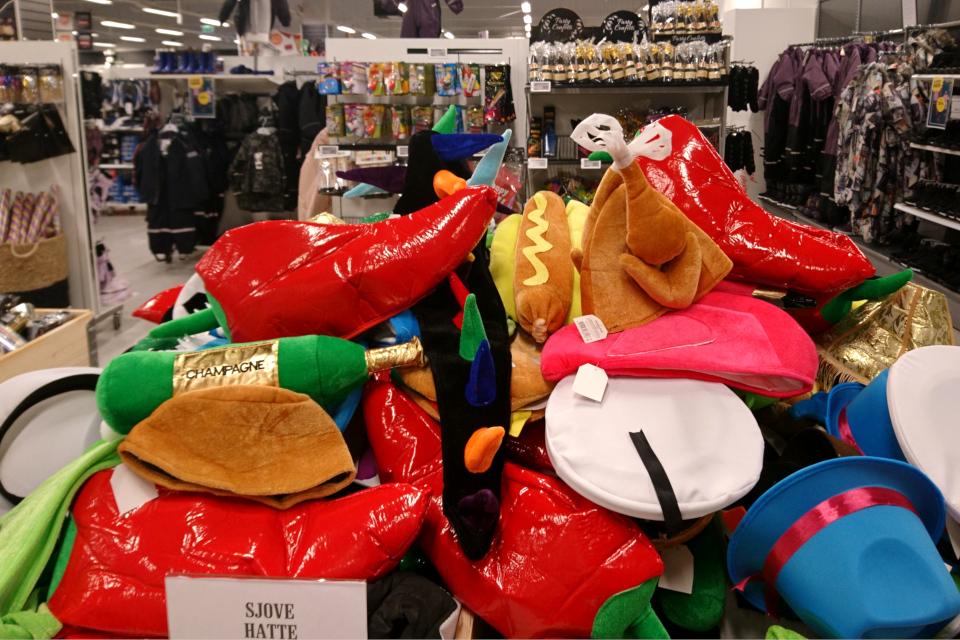 Новогодние шапки (дат. Ssjove hatte) в супермаркете, Дания