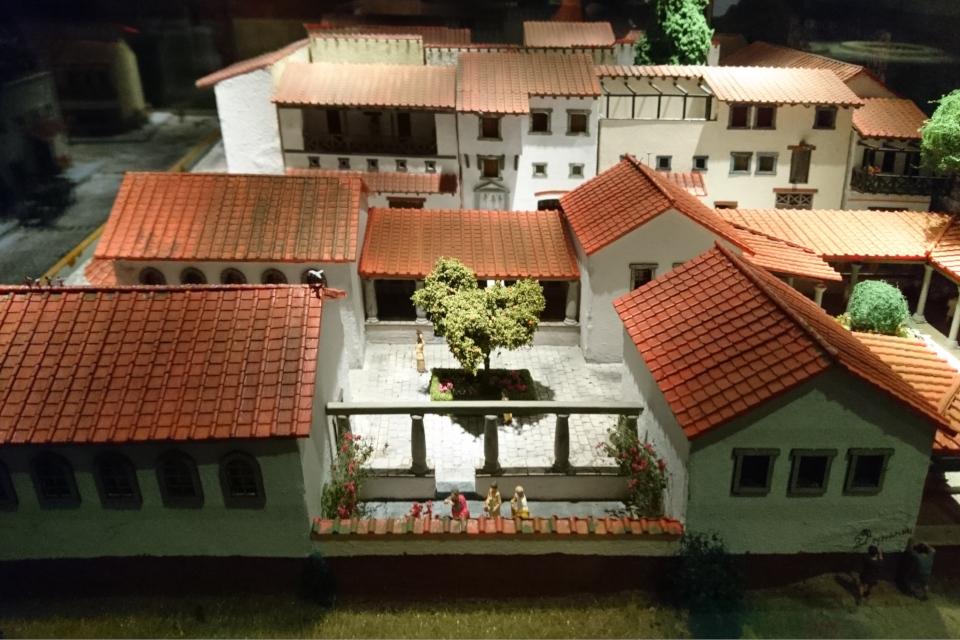 Сад во дворе дома на макете городской застройки Помпеи