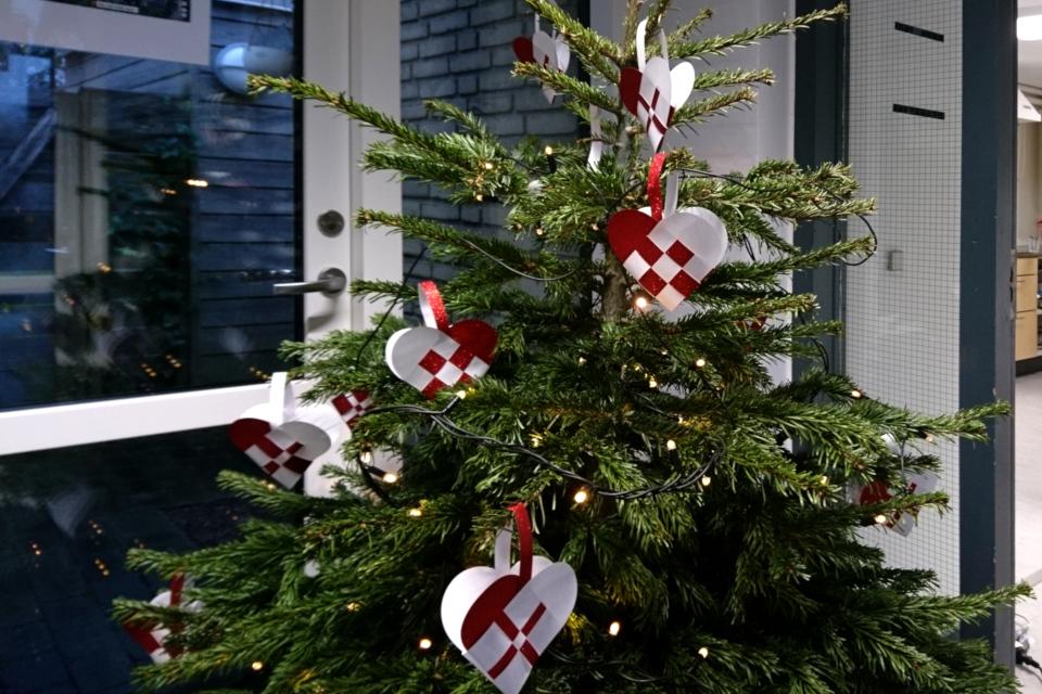 Плетеные рождественские сердечки, сделанные школьниками, Дания