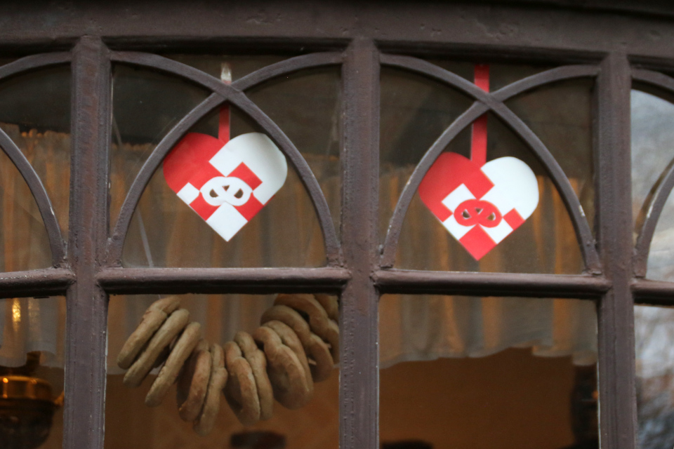 Рождественские сердечки украшают витрину магазина старой пекарни, Дания