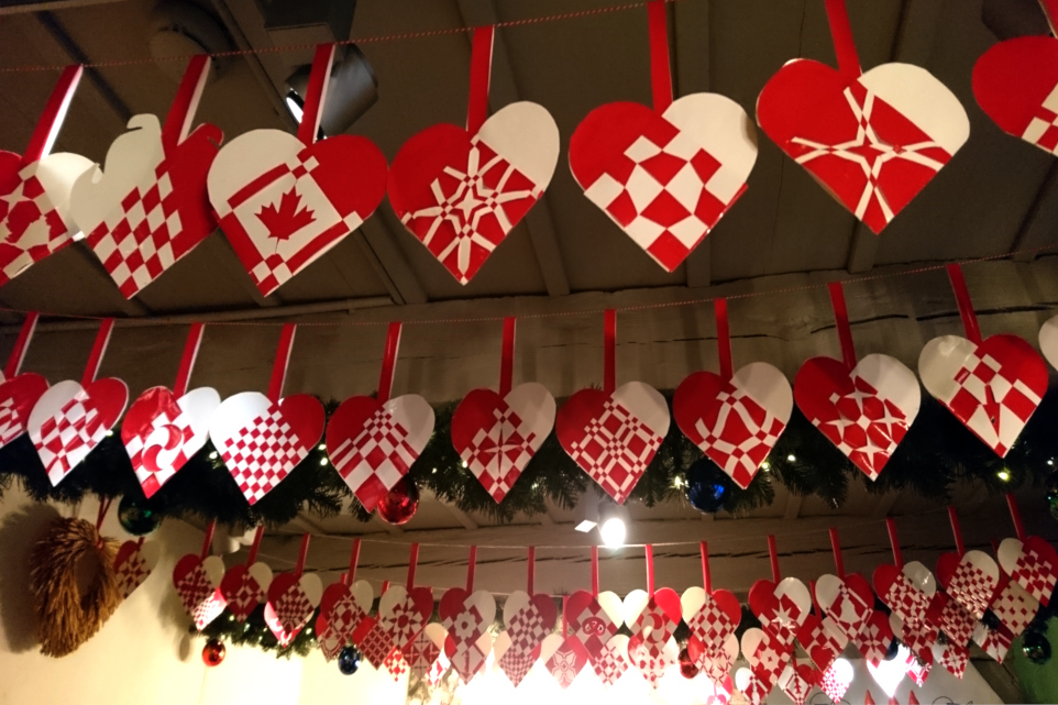 Ряды плетеных сердечек над потолком магазина-музея Рождества
