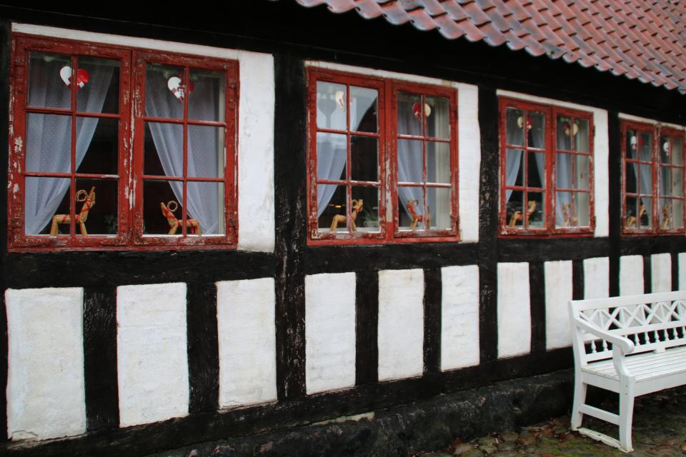 Рождественские сердечки украшают окна старого фахверкового дома