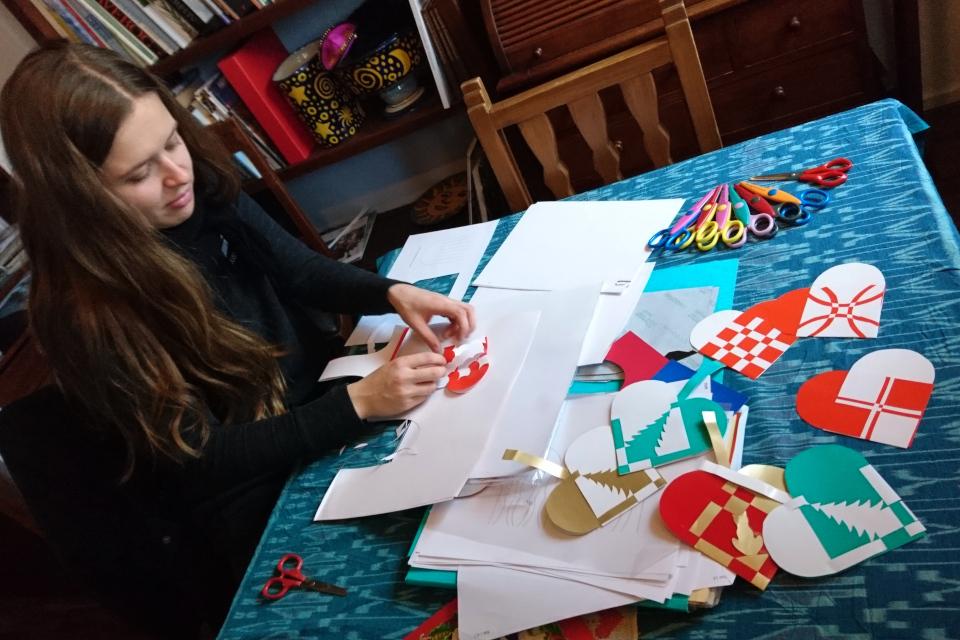 Моя дочка плетет из бумаги рождественские сердечки, Дания