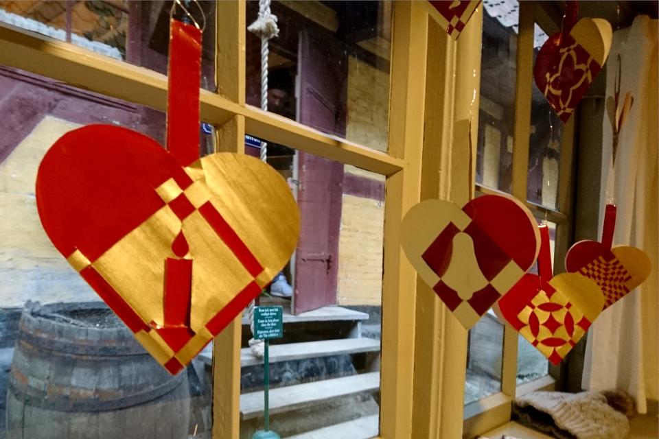Плетеные из бумаги сердечки, украшающие рождественский зал (Julestue), Дания