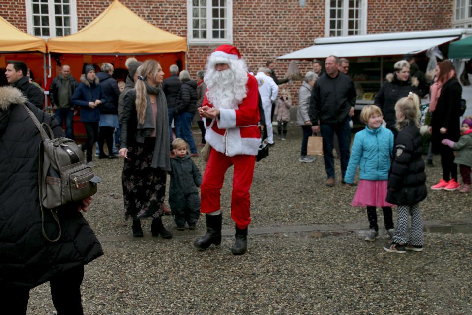 Дед Мороз во дворе замка Ульструп / Ulstrup slot. Фото 7 дек. 2019, Дания