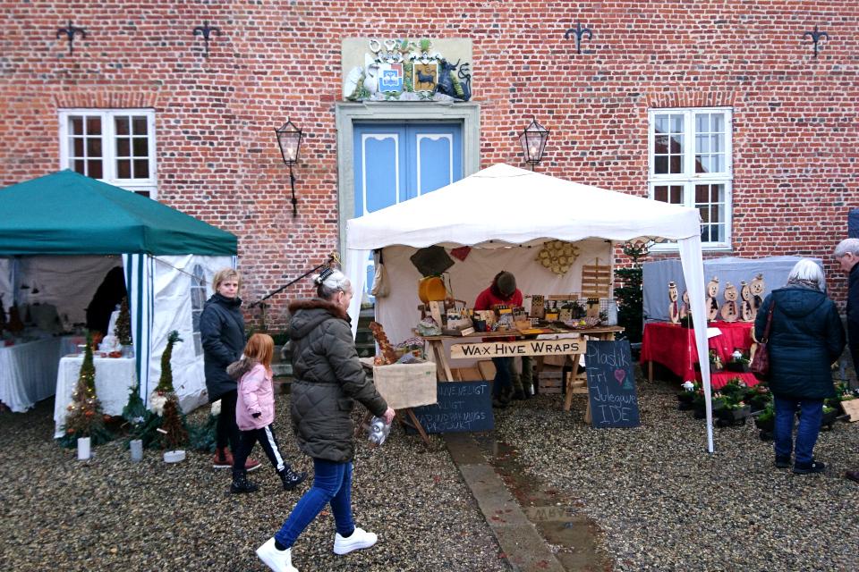 Палатки с рождественскими товарами во дворе дворца Ульструп, Дания
