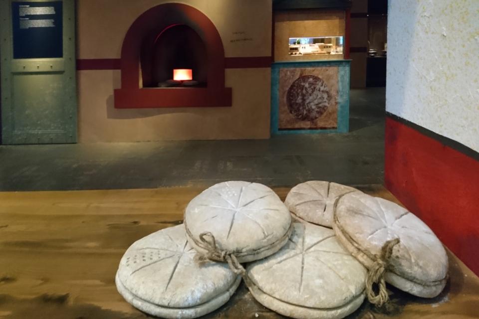 Реконструкция печи и хлеба, который пекли в Помпеи