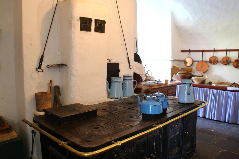 Кухня с плитой в старинном замке Гаммель Эструп (Gammel Estrup)
