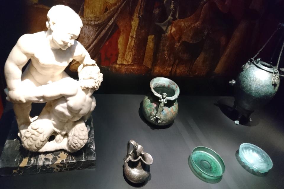 """Стеклянная и металлическая посуда, скульптура """"Пан и Сатир"""", Помпеи, 1 век н.э."""